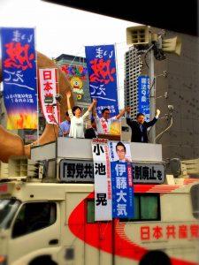 いま燃えて!錦糸町駅北口にジャンボ旗がはためく!